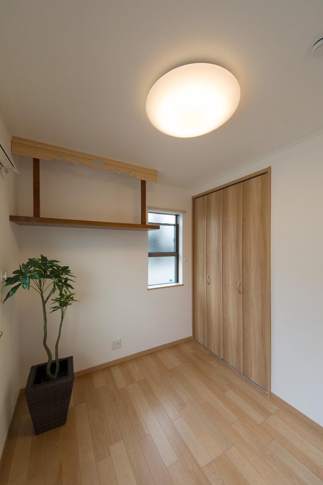 2F洋室に神棚を祀りました。ご商売やご家庭の平和と繁栄を願う、心落ち着く空間です。