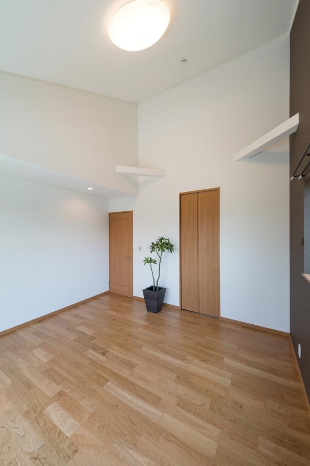 2F洋室/ブラックチェリーのフローリングがナチュラルな空間を演出。