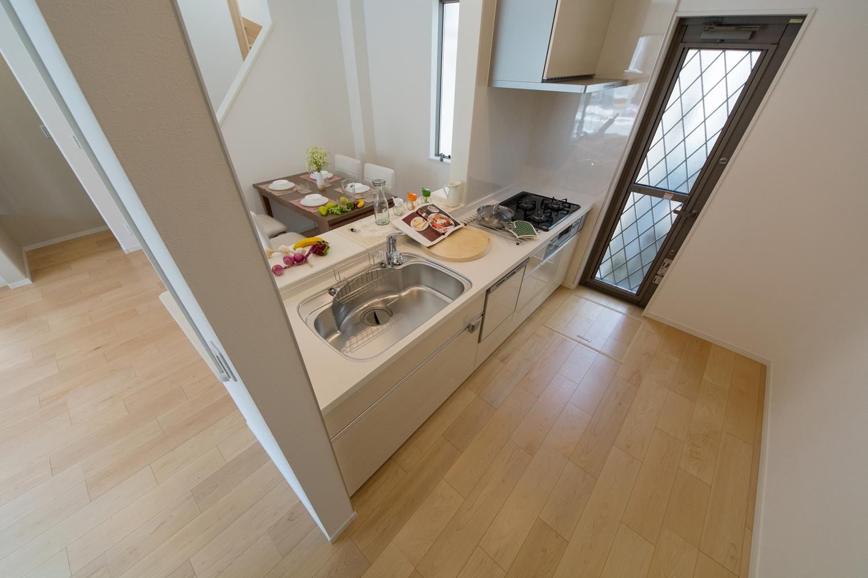 食洗機搭載キッチン!扉は、光沢のある木目調ホワイトでナチュラルな空間に。