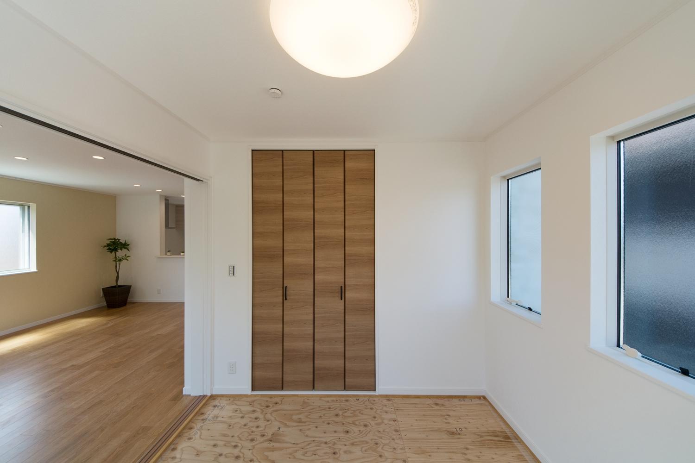 扉を開けてひとつなぎになった畳式洋室(写真は畳設置前)はリビングに開放感をプラスしてくれます。