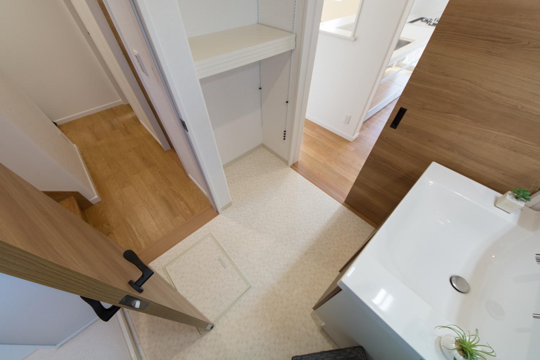 収納したい物によって自由に高さを調整できる、ダボレール棚を設置。