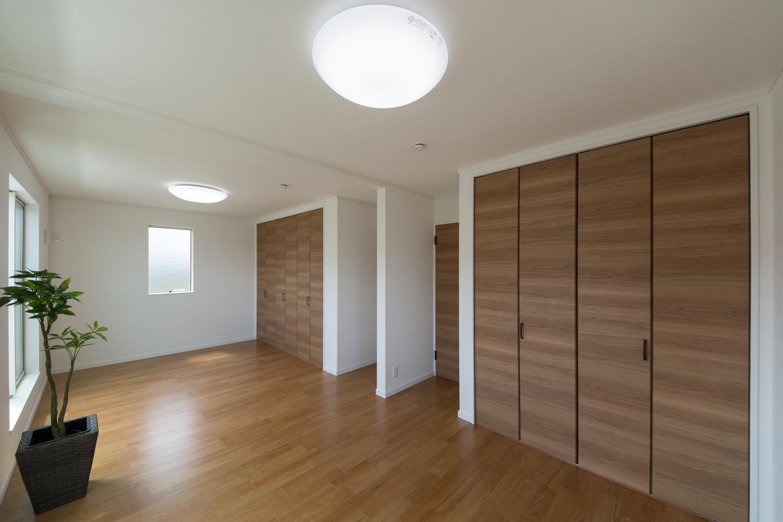 2F洋室。将来的に壁を設けて仕切れるのでご家族の成長に合わせてフレキシブルにご利用できます。