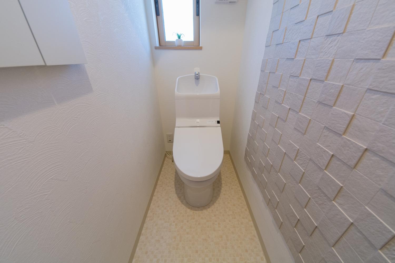ナチュラルな石面凹凸デザインのエコカラットをあしらった1Fトイレ。気になる臭いを脱臭する優れものです。