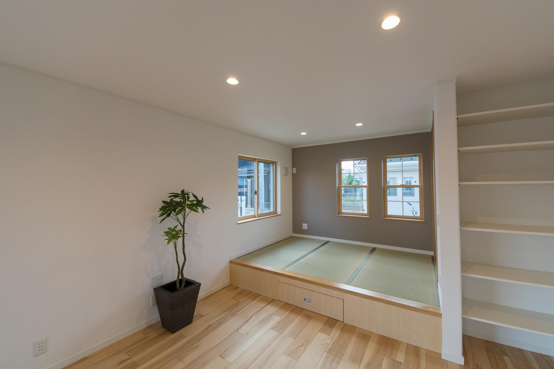 小上がりになった畳敷きスペース。ブラウンのアクセントクロスと爽やかなグリーンの畳が、心落ち着く癒し空間に。