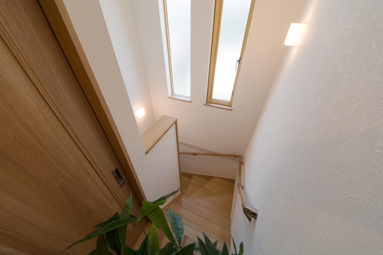 2連縦すべり出し窓を設置し、通風も採光も良く開放感ある階段に。