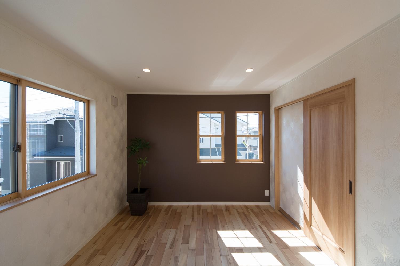 2F主寝室。ブラウンのクロスとキラリと光る木をモチーフにした爽やかな白いクロスに囲まれた、上品で穏やかな空間。
