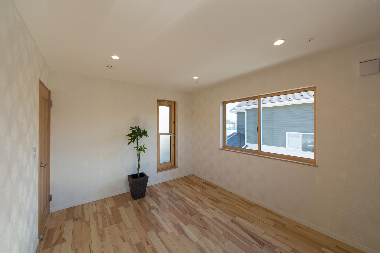 2F主寝室。キラリと光る木をモチーフにした爽やかな白いクロスに囲まれた、上品で穏やかな空間。
