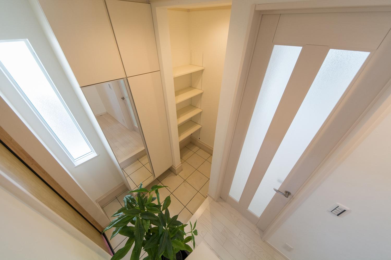 白を基調とした玄関スペース。ホテルのような上質で気品の溢れる空間です。
