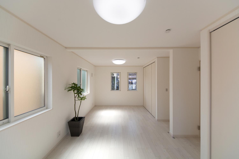2F洋室。美しく繊細な木目のフローリング(ホワイトアッシュ)が窓から差し込む光を反射し、空間を優しく包み込みます。