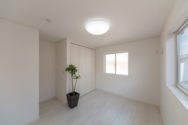2F洋室。美しく清潔感ある白いクロスにアッシュホワイトのフローリング。