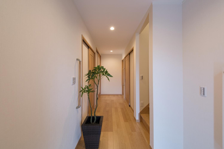 広々とした1階ホール。1階は将来を見据え、全て引戸の開け閉め簡単なタイプに、ドア横には手摺を設置。