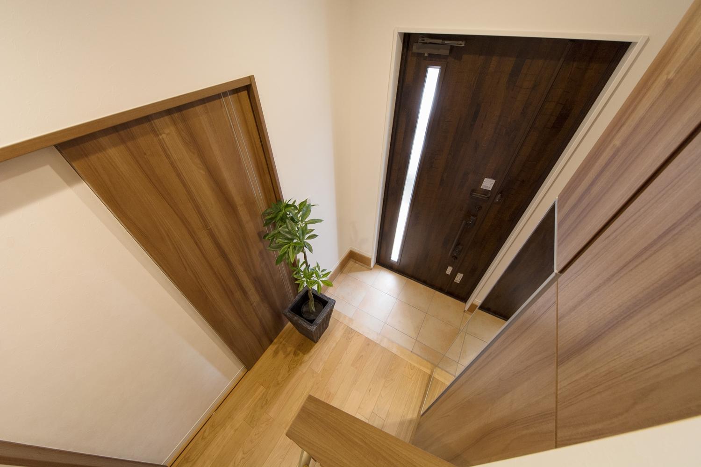 ハイスタッド仕様で天井が高く広々とした空間の玄関ホール。