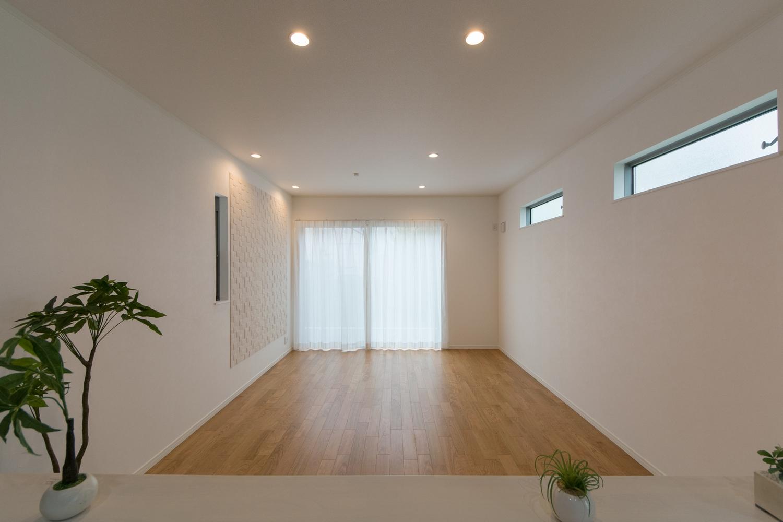 大きな窓から自然のやさしい光が降り注ぎ、明るく開放的なリビングダイニング。