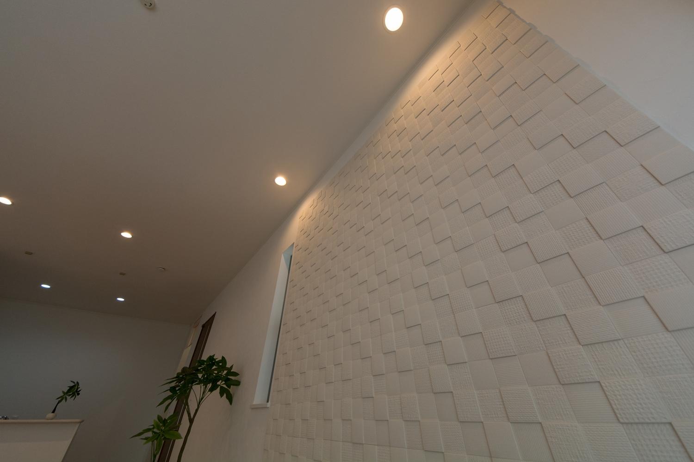 空気を美しく整えるインテリア壁材「エコカラット」をあしらったリビング。