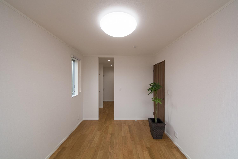 ウォークインクローゼットを備えた2階洋室。