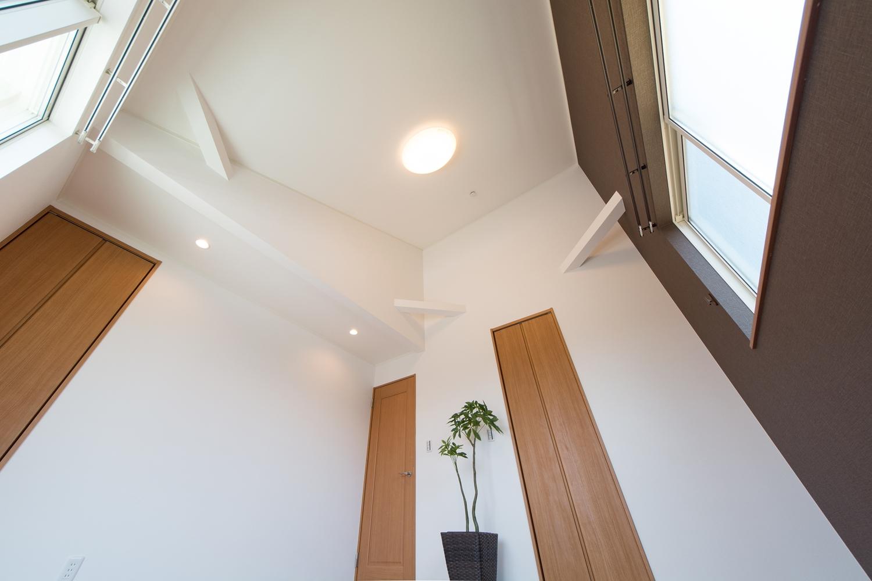 屋根の傾斜を利用した、勾配天井を設えました。開放的で伸びやかな空間。