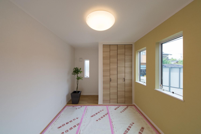 イエローのアクセントクロスが空間を彩る畳敷き洋室(写真は畳設置前)