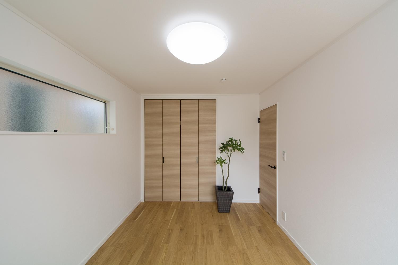 2F洋室。オークのフローリングに白のクロスと建具がナチュラル空間を演出。