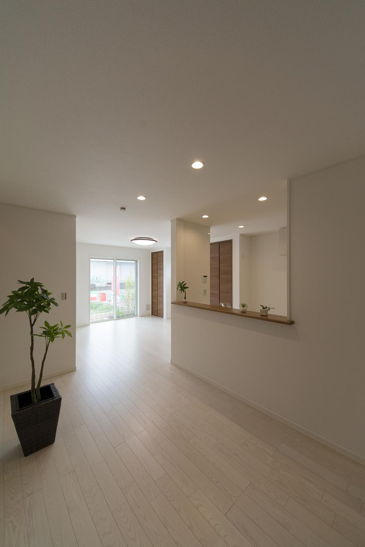 優しい白の空間が室内全体を明るく演出します。