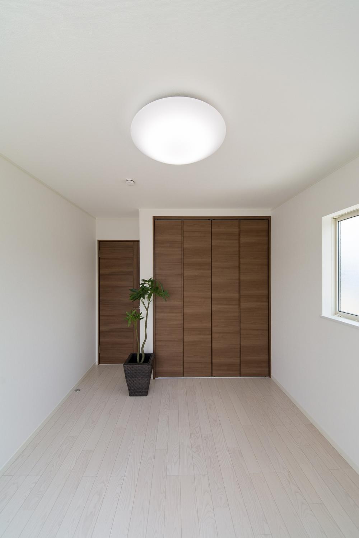 2F洋室。アッシュホワイトのフローリングが、爽やかで明るい空間を演出します。