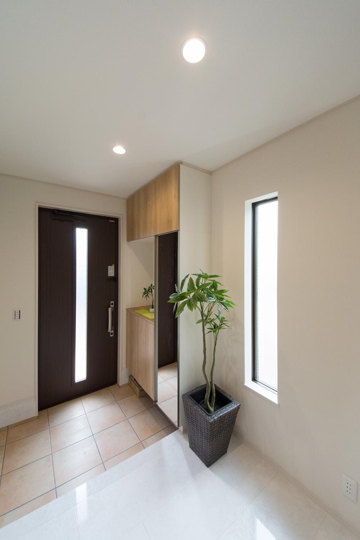 白を基調とした、上質な空間の玄関ホール。床は石目柄の鏡面調仕上げです。