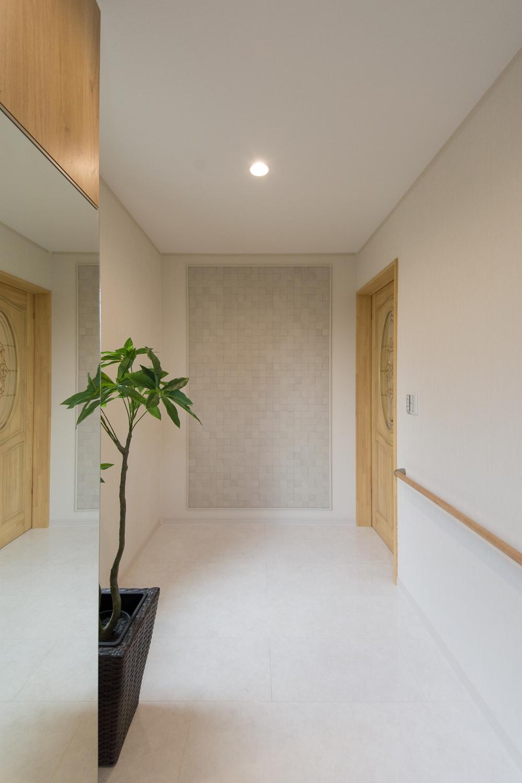 空気を美しく整えるインテリア壁材「エコカラット」が目を惹く玄関ホール。