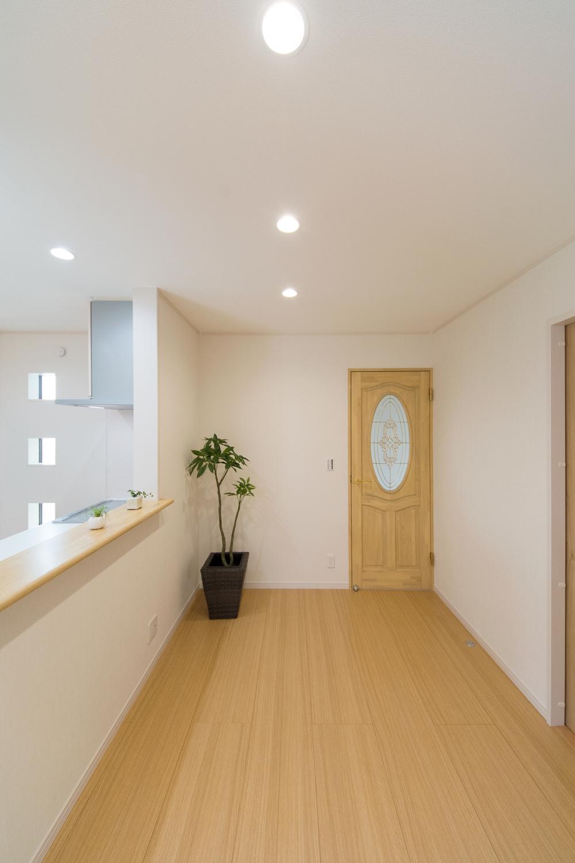 お洒落なガラスデザインのリビングドアは無垢材を使用した、自然素材です。