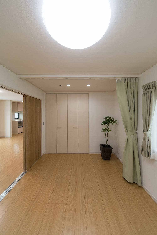 リビング横の洋室。お部屋をカーテンで仕切れるようにしました。