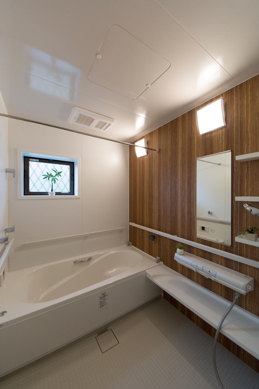 天然石の豊かな表情をモチーフにしたアクセントパネルが上質な空間を演出。手摺を3面に設置してご入浴をサポート。