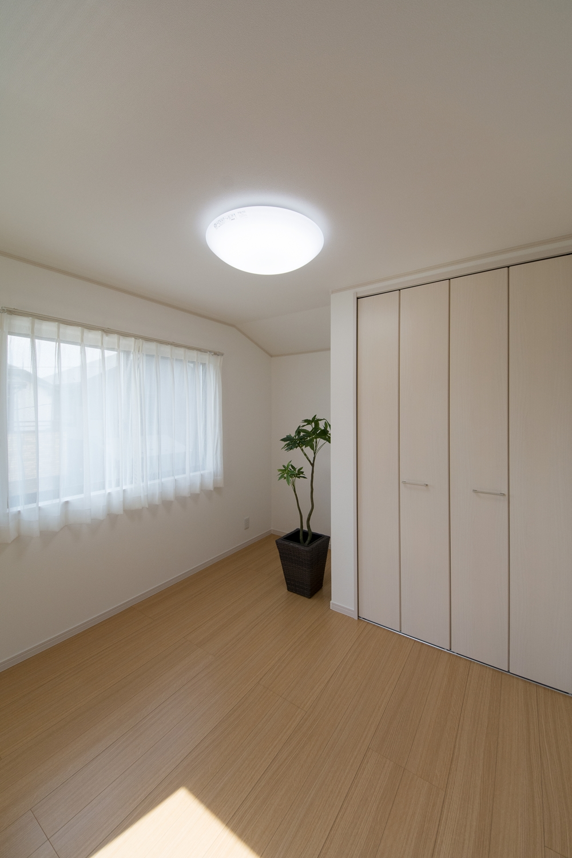2F洋室/天然木の素材感が特徴的なシンシアオークのフローリング。ナチュラルで温かみのある空間に。
