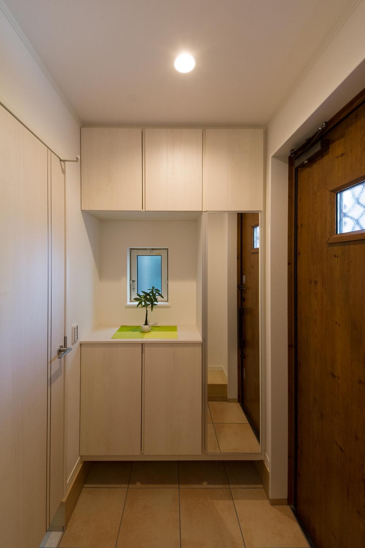 シューズクロークのある便利な玄関。ナチュラルな配色で暖かみのある空間に。