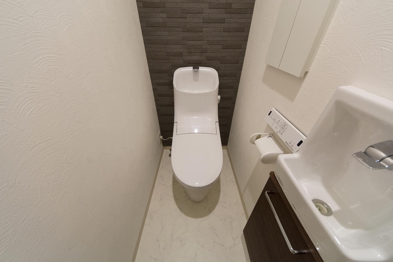 1階トイレ/調湿・脱臭に優れたエコカラットを設えて上質感を演出。