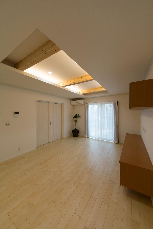 リビングに、折り上げ天井を設え化粧梁と間接照明を取付けました。奥行きが出て立体感を強調することができます。