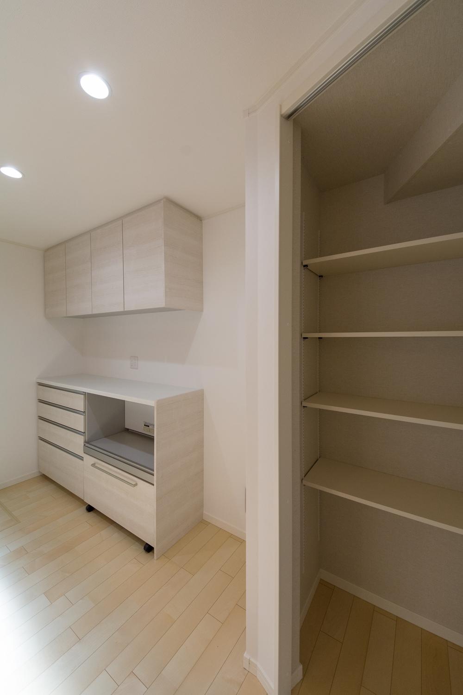 パントリーを設えた収納豊富なキッチンスペース。買い物あとの片づけがスムーズにできます。
