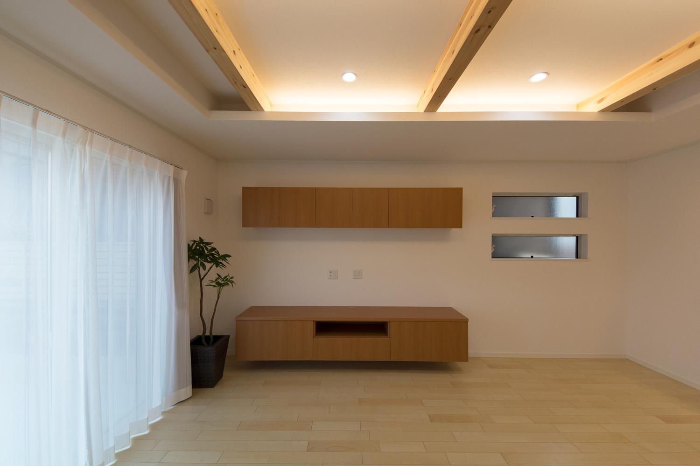リビングの壁にスッキリとしたデザインのTVボードと収納を取付ました。