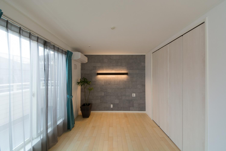 空気を美しく整えるインテリア壁材「エコカラット」を施しました。自然な石積みの意匠で空間を上質に演出します。
