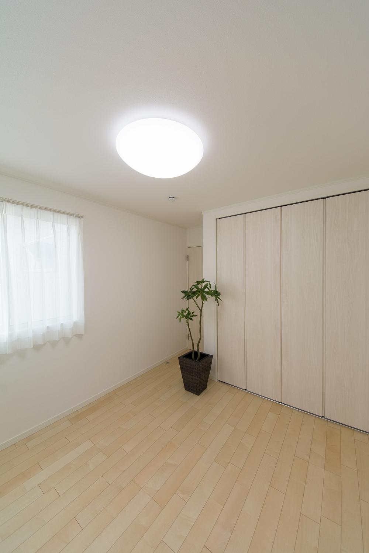 木の優しい風合いを感じる、穏やかでくつろげる2F洋室。