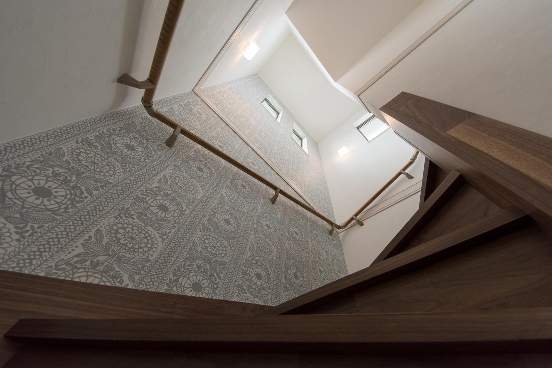 ブラックウォルナット素材の階段と、植物柄クロスの組合せがとってもエレガントな印象に。