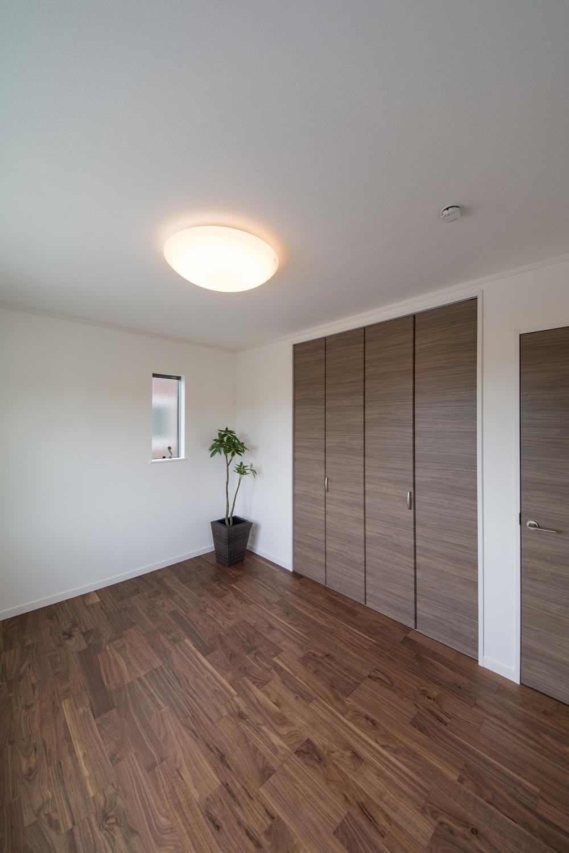 2F洋室/ブラックウォルナットのフローリングとブラウンの建具がラグジュアリーな空間を演出。