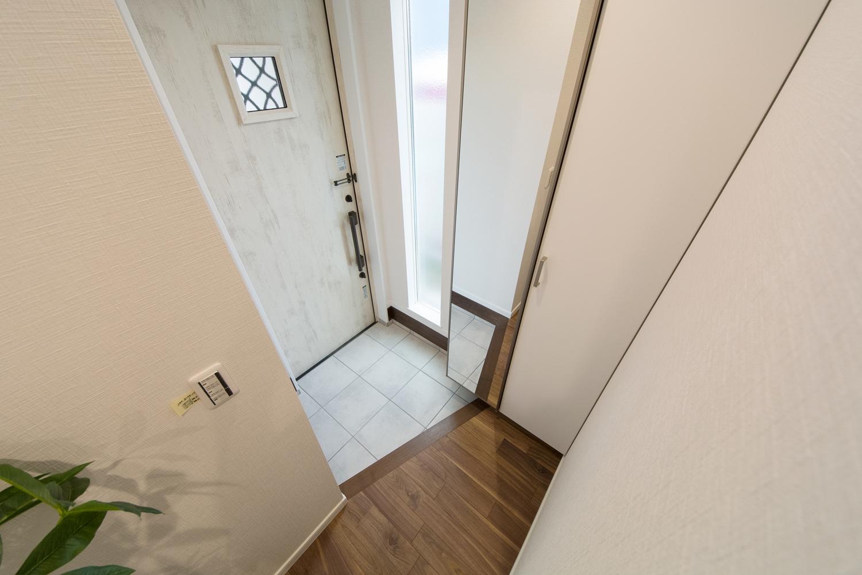アンティークな風合いの白い玄関ドア。