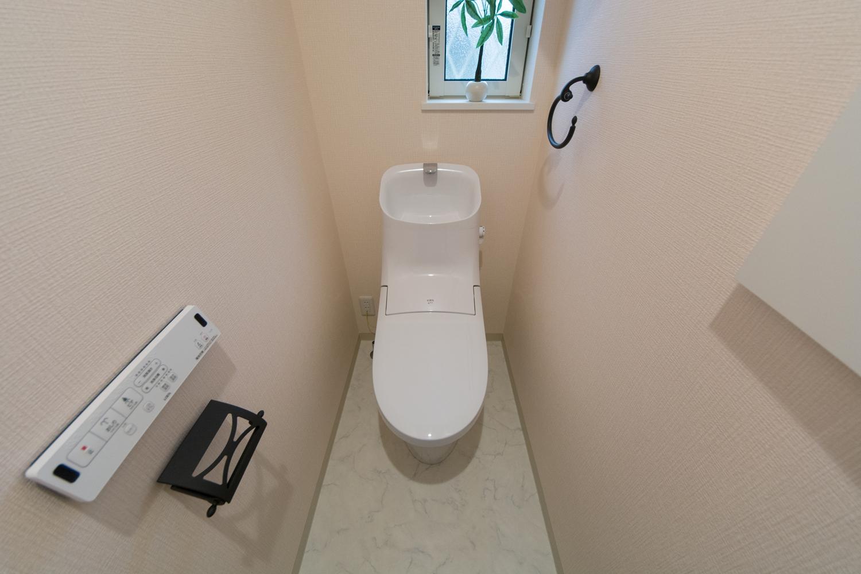 淡いピンクのクロスが可愛らしい印象の2階トイレ。