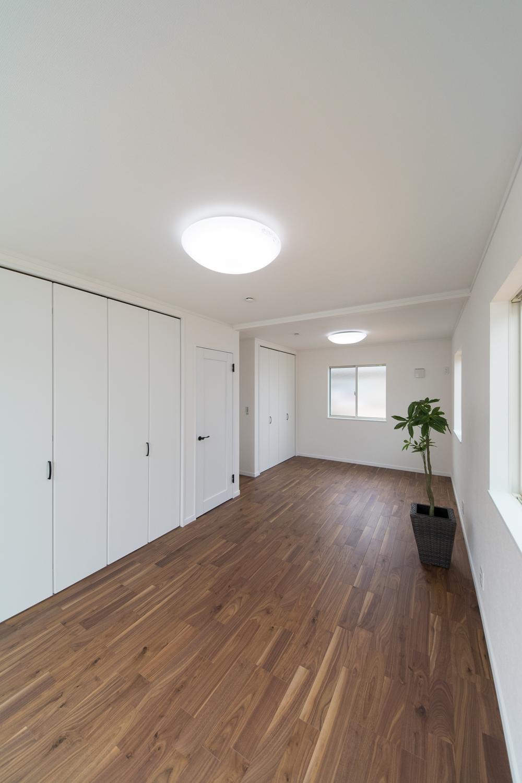 お子様の成長に合わせて、2部屋に出来る2ドア1ルームの2階洋室。
