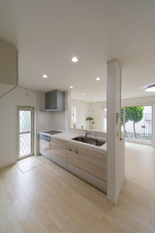 キッチンの扉カラーは、ベージュの木目柄でナチュラルな印象に。