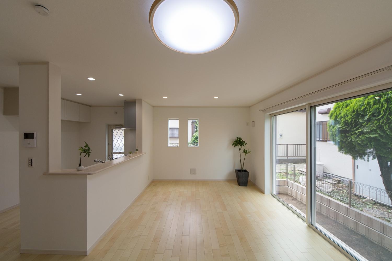 大きな窓から自然のやさしい光が降り注ぎ、明るく開放的なLDK空間を演出。