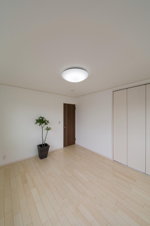 2階洋室/シカモアのフローリングがナチュラルな空間を演出します。