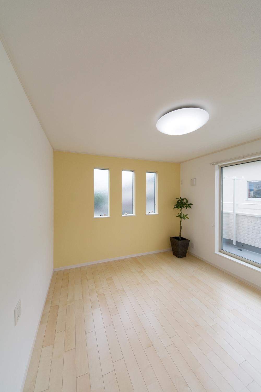 2階洋室/イエローのアクセントクロスが明るく彩りある室内に。