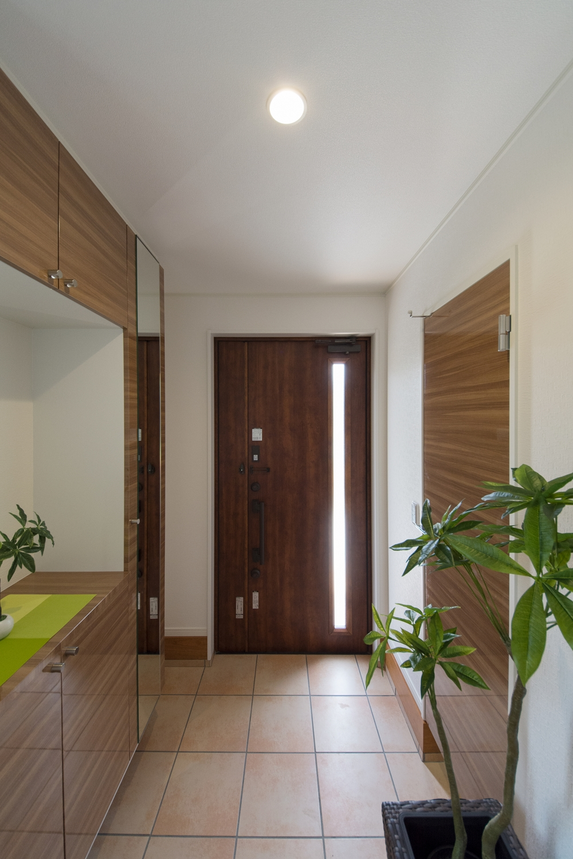室内に持ち込めない、ベビーカーやスポーツ用品、アウトドアグッズなどの収納に便利なシューズクロークを備えた玄関。