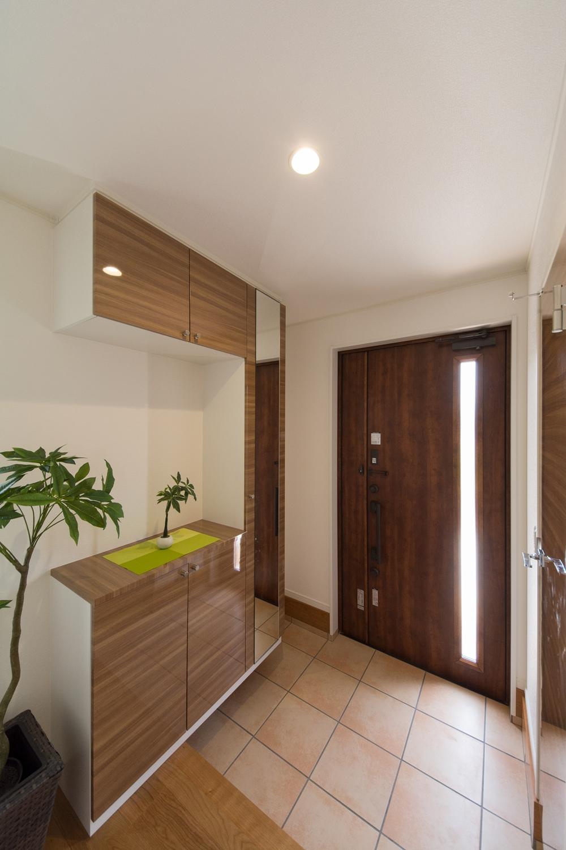 ゆとりのある玄関スペース。縦スリットから光が差し込み、開放的で明るい空間を演出。
