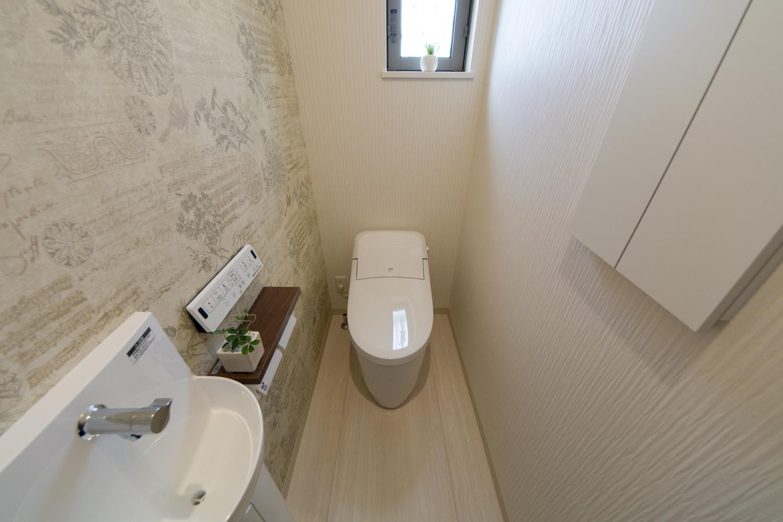 アクセントクロスが印象的な1Fトイレ。