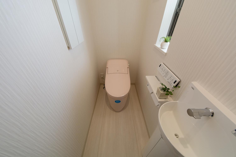 ライトピンクが可愛らしい印象の1Fトイレ。手洗いを設置した使い勝手のよい空間です。